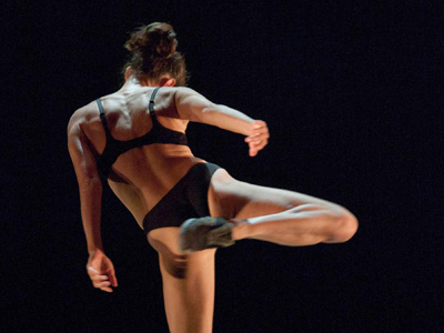 The Three Legged Race / El Estado Gris